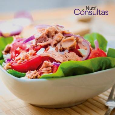 La nutrición en la curación de heridas: ensalada con verduras y pescado