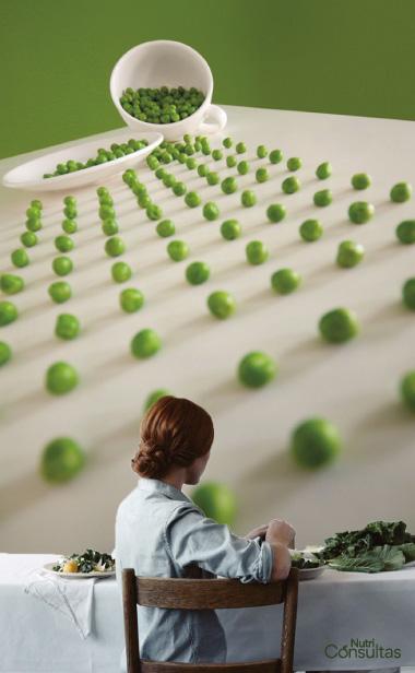 mujer comiendo verduras verdes